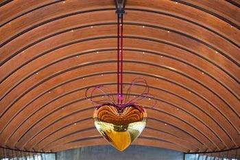 Jeff Koons, Hanging Heart (Gold/Magenta)(Crystal Bridges Museum of American Art, Bentonville, Ark.) Photo by Marc F. Henning